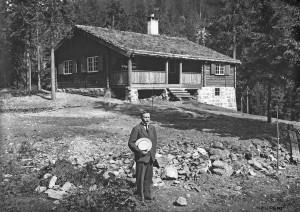 Kristen Solheim framfor Røkleivhytta, ca 1916